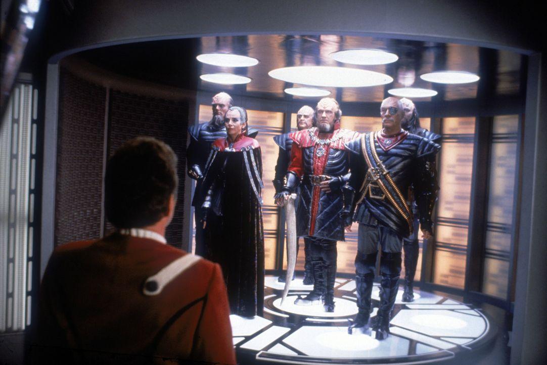 Ein erster Schritt in Richtung Frieden? Capt. Kirk (William Shatner, l.) lässt Kanzler Gorkon (David Warner, 3.v.r.) und seine Begleiter Azetbur (R... - Bildquelle: Paramount Pictures