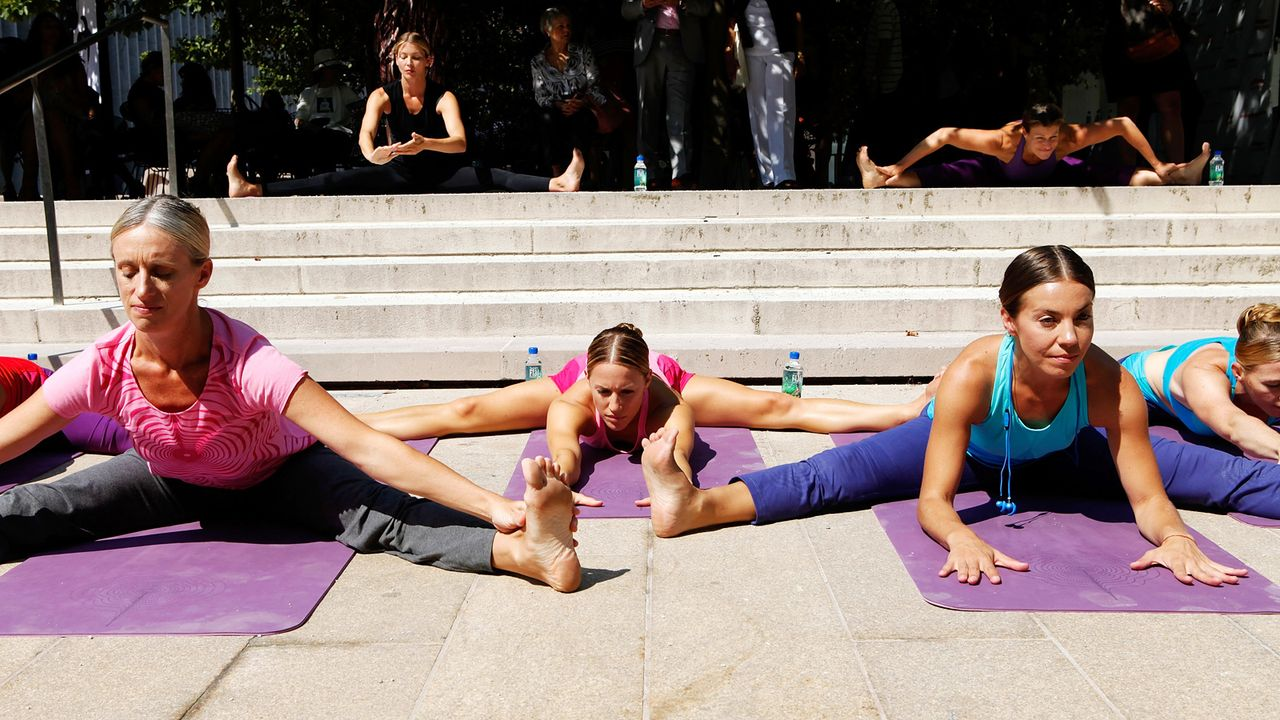 yoga-beine-spreizen-11-09-13-Amy-Sussman-getty-AFP