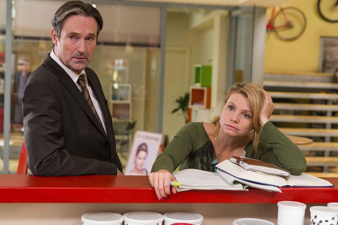 Während Kurt Probleme mit Tanja bekommt, muss sich Danni (Annette Frier, r.) mit Richter Wesendonck (Helmut Zierl, l.) auseinandersetzen ... - Bildquelle: Frank Dicks SAT.1