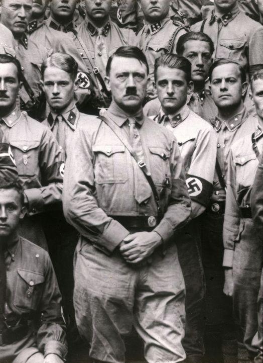 Diese Dokumentation geht der Frage nach, warum unterstützten Millionen Menschen Adolf Hitler (M.) und seine Politik. Mit historischem Filmmaterial,... - Bildquelle: Getty Images