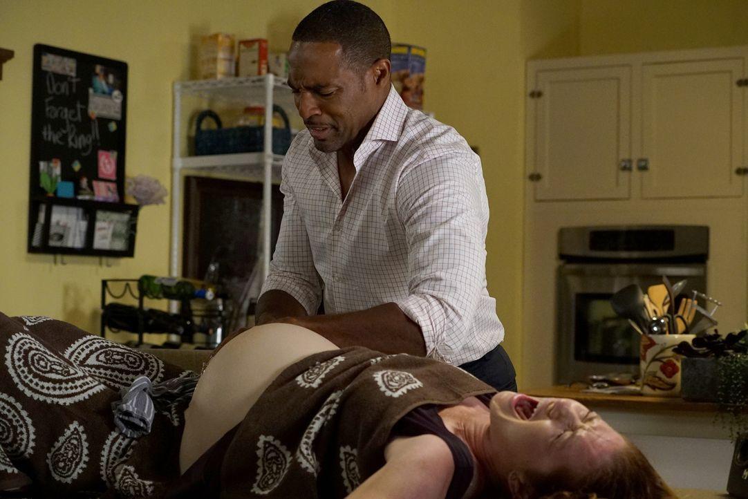 Als bei April (Sarah Drew, r.) plötzlich die Wehen einsetzen, muss Ben (Jason George, l.) helfen. Doch wird alles gut gehen? - Bildquelle: Eric McCandless ABC Studios