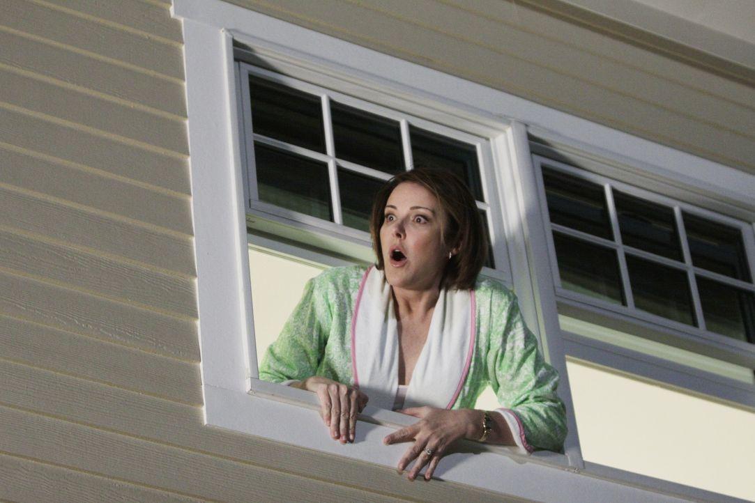 Jules Freundin Ellie (Christa Miller) ist völlig außer sich, als sie sieht welch ein junger Mann bei Jules halb nackt im Haus steht ... - Bildquelle: 2009 ABC INC.