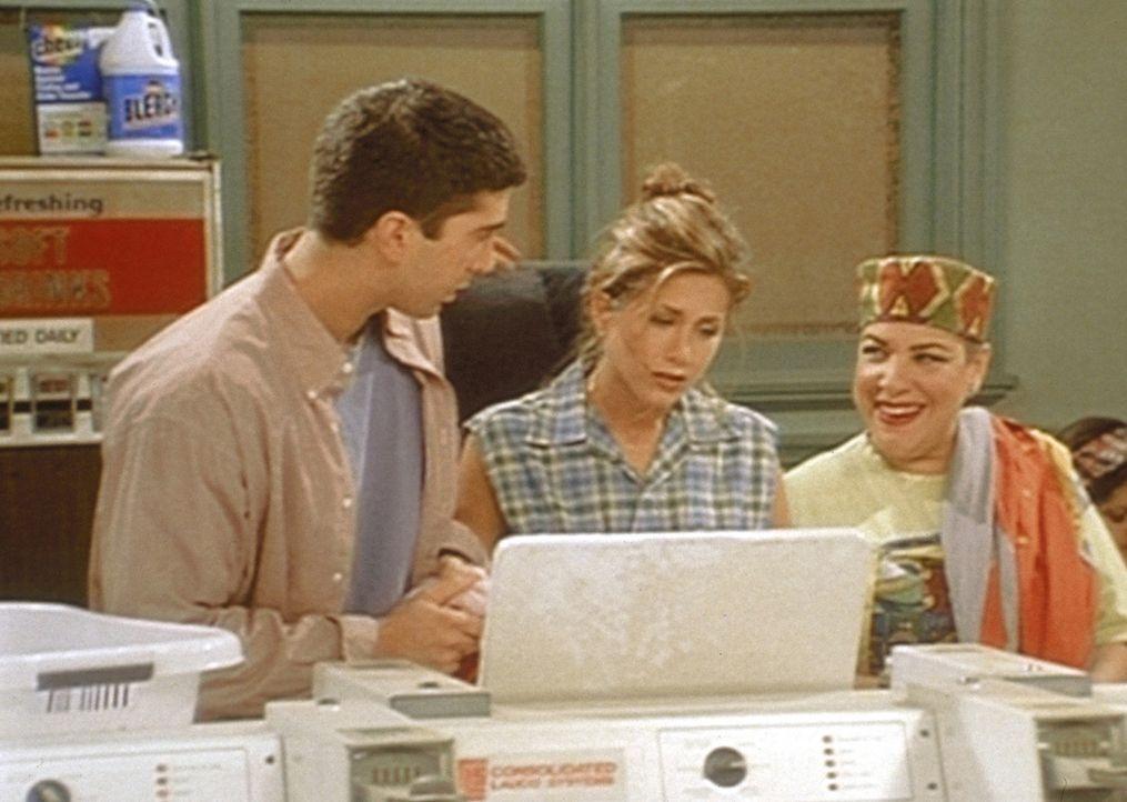 Ross (David Schwimmer, l.) und Rachel (Jennifer Aniston, M.) im Waschsalon. Eine schreckliche Kundin (Camille Saviola, r.) macht beiden das Leben sc... - Bildquelle: TM+  2000 WARNER BROS.
