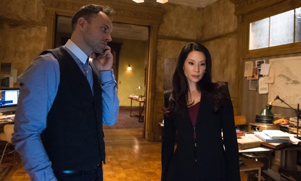 Holmes (Jonny Lee Miller, l.) und Watson (Lucy Liu, r.) versuchen, den Kreis der Verdächtigen einzugrenzen. Das ist aber gar nicht so einfach ... - Bildquelle: CBS Television