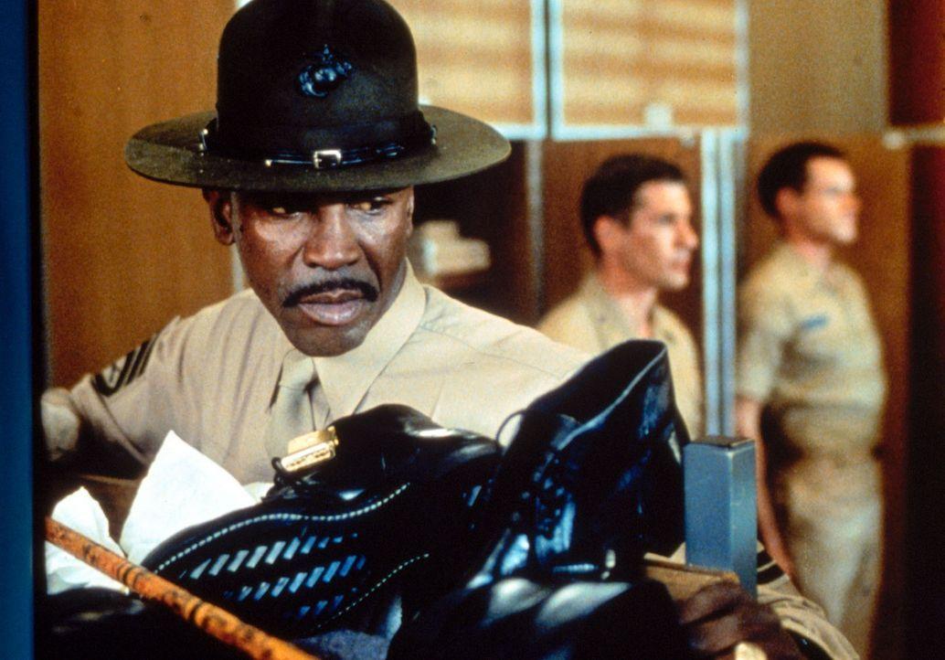 Der eiskalte Sergeant Foley (Louis Gossett jr., l.) möchte mit fast unmenschlichem Drill und gnadenlosen Schikanen aus den Lehrgangsteilnehmern 'ri... - Bildquelle: Paramount Pictures