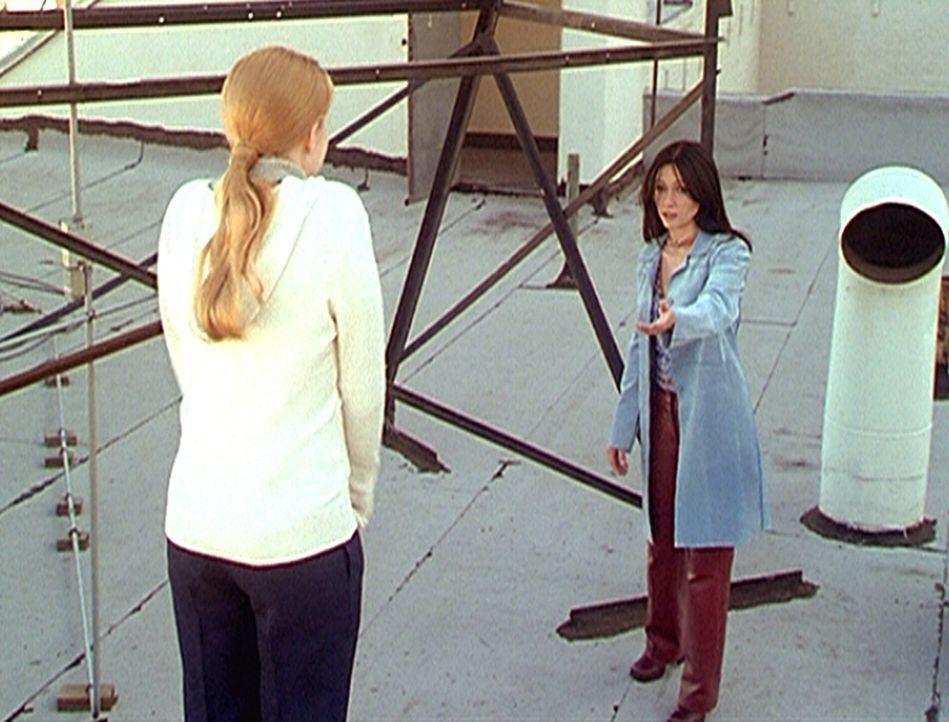 Prue (Shannen Doherty, r.) versucht, die völlig verzweifelte Maggie (Amy Adams, l.) vom Selbstmord abzuhalten. - Bildquelle: Paramount Pictures
