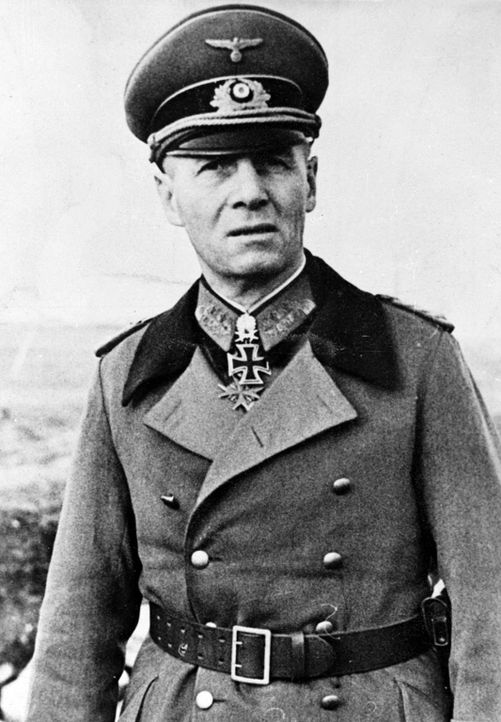 "1939: Generalfeldmarschall Erwin Rommel, sein Einsatz während des Afrikafeldzugs in Nordafrika brachte ihm den Beinamen ""Wüstenfuchs"" ein. - Bildquelle: Albert Harlingue Albert Harlingue / Roger-Viollet/Getty Images"