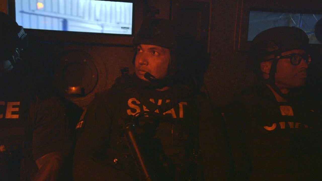 Sein erster Einsatz im SWAT-Kommando von New Orleans: Polizist Justin (M.) ... - Bildquelle: 2015 Wolf Reality, LLC and 44 Blue Productions, Inc.  All Rights Reserved.