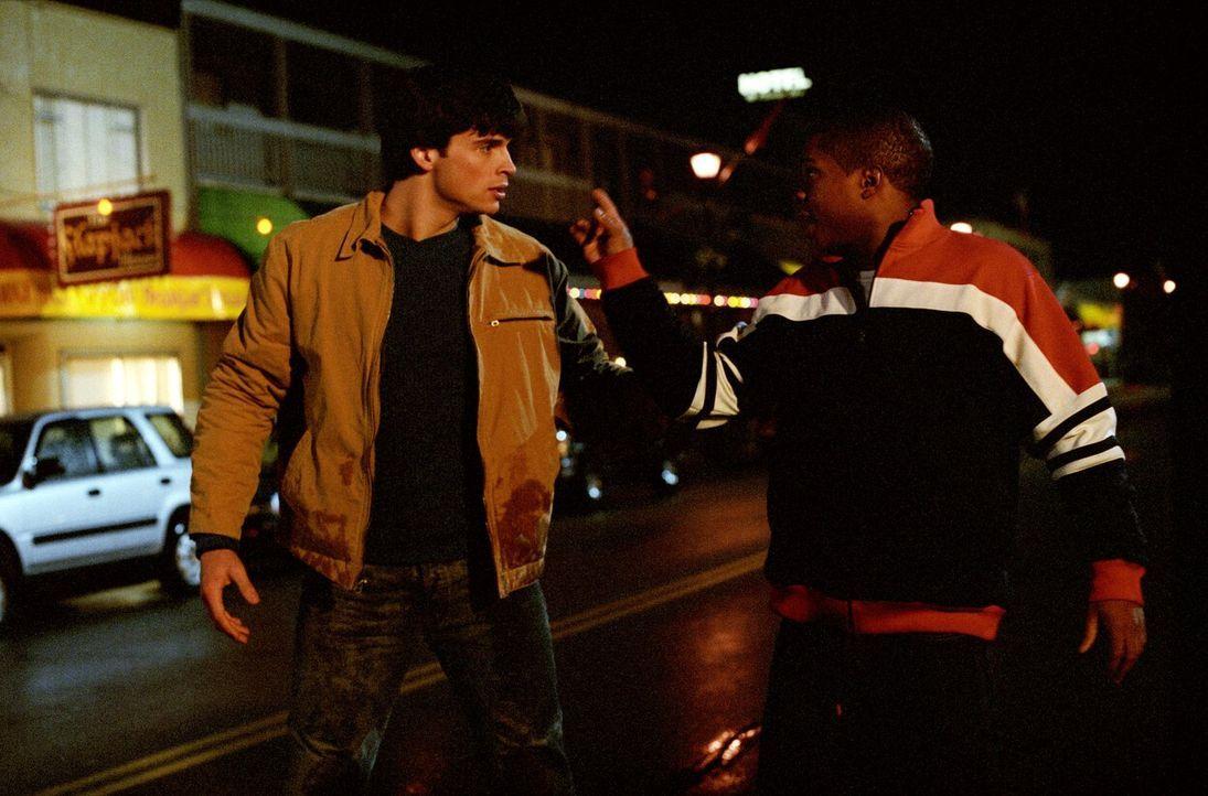Nach einer Party in den Indianer-Höhlen der Kawaches, ist Clarks (Tom Welling, l.) Freund Pete (Sam Jones III., r.) wie verwandelt ... - Bildquelle: Warner Bros.