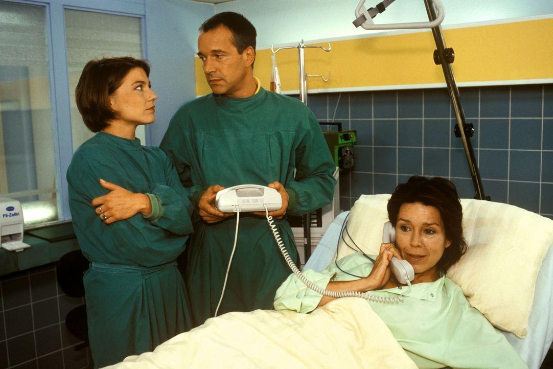 Frau Dr. Berger (Constanze Roeder, r.) hat endlich Gelegenheit, mit ihrem Mann am Telefon zu sprechen. Dr. Stein (Christoph Schobesberger, M.) und S... - Bildquelle: Noreen Flynn Sat.1