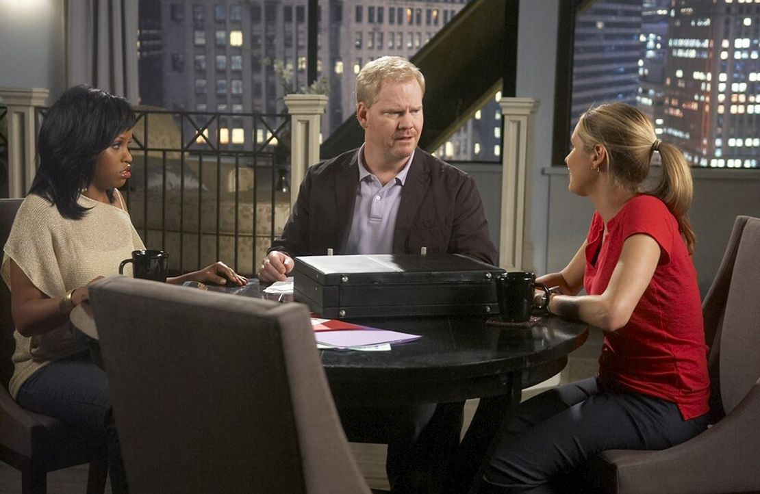 Stephanie (Kellee Stewart, r.) hat durch ihren Lebenswandel einen Schuldenberg angehäuft. P.J. (Jordana Spiro, l.) bringt sie zu Andy (Jim Gaffigan... - Bildquelle: 2006 Sony Pictures Television Inc. All Rights Reserved.