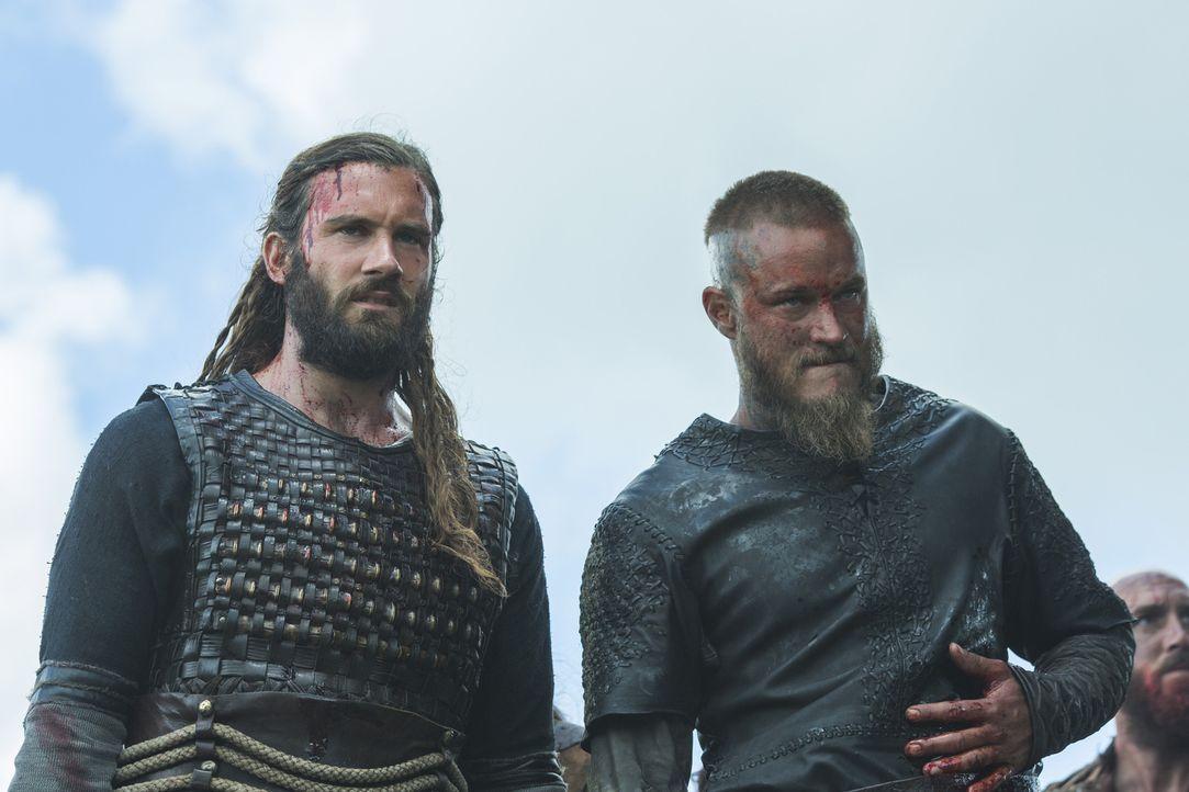 Rollo (Clive Standen, l.) und Ragnar (Travis Fimmel, r.) ziehen in die Schlacht gegen Kwenthriths Bruder Burgred, während König Ecbert sein Bündnis... - Bildquelle: 2015 TM PRODUCTIONS LIMITED / T5 VIKINGS III PRODUCTIONS INC. ALL RIGHTS RESERVED.