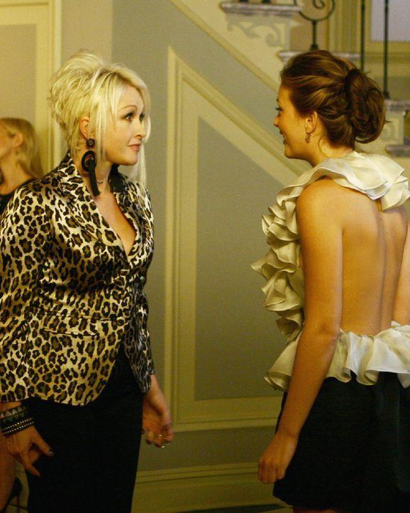 Cyrus hat für Blair (Leighton Meester, l.) einen Überraschungsgast organisiert: Cindy Lauper (Cindy Lauper, r.) ... - Bildquelle: Warner Brothers
