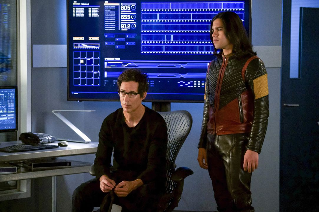 Findet Cisco (Carlos Valdes, r.) einen Weg, um Harry (Tom Cavanagh, l.) zu helfen oder verliert Harry sich schließlich selber? - Bildquelle: 2017 Warner Bros.