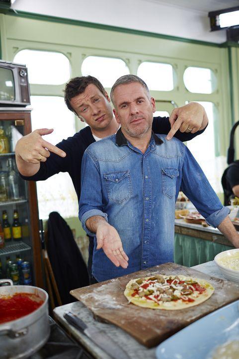 Chris Moyles (vorne) ist überzeugt von seiner Pizza im New York Style, aber was wird Jamie (hinten) dazu sagen?