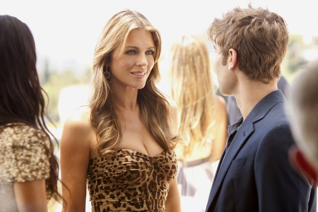 Nate (Chace Crawford, r.) trifft auf einer Filmparty eine geheimnisvolle Frau (Elizabeth Hurley, l.) und gibt vor jemand anderer zu sein, als er ist... - Bildquelle: Warner Bros. Television