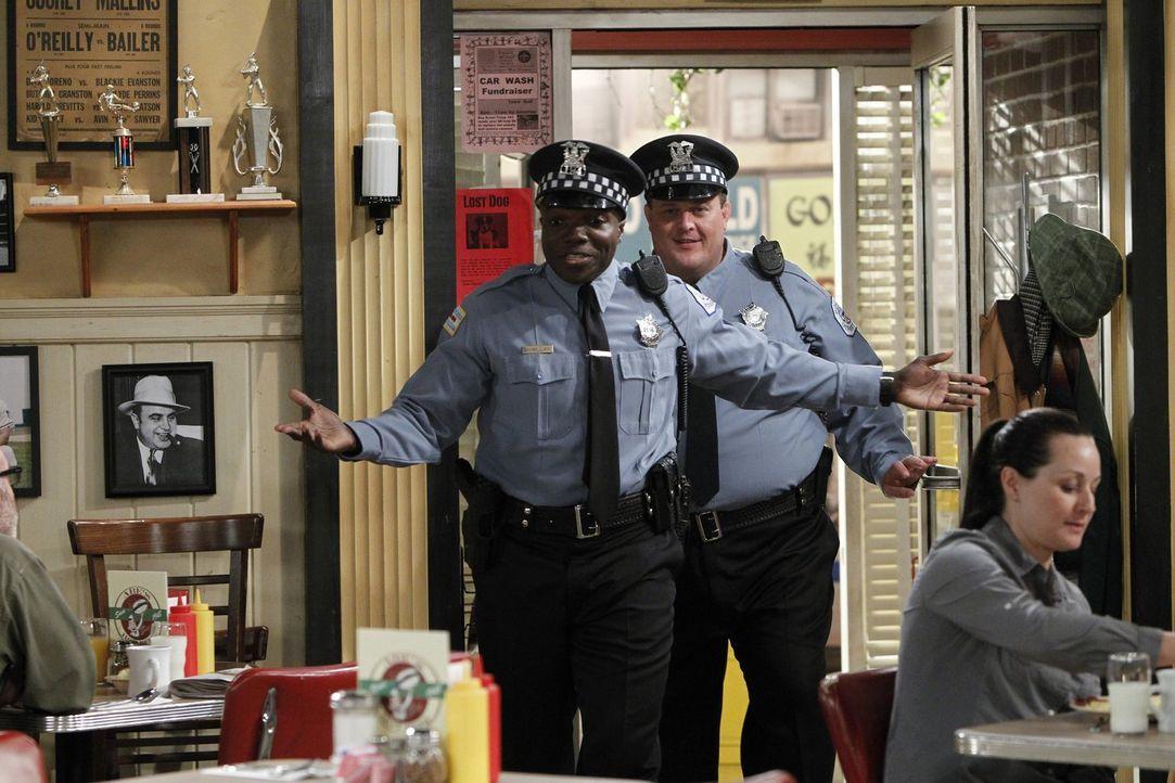 Carl (Reno Wilson, l.) und Mike (Billy Gardell, r.) freuen sich auf einen gemeinsamen Angelausflug, doch der wird durch einen Streit zwischen Mike u... - Bildquelle: Warner Brothers