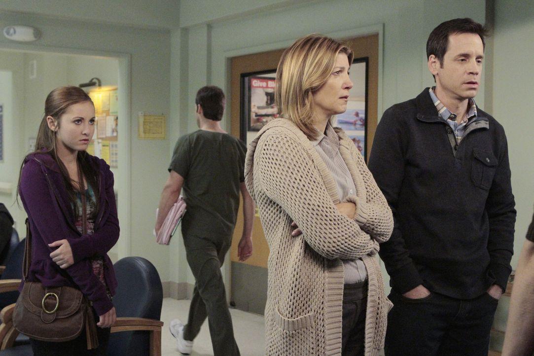 Mr. (David Burke, r.) und Mrs. Spencer (Annie Fitzgerald, M.) machen sich Sorgen um ihre Tochter Katie, die mit Schnittwunden eingeliefert wurden -... - Bildquelle: ABC Studios