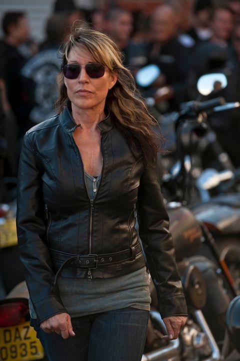Durch ihr beherztes Eingreifen kann Gemma (Katey Sagal) verhindern, dass die Sons hinter schwedischen Gardinen landen ... - Bildquelle: 2010 FX Networks, LLC. All rights reserved.