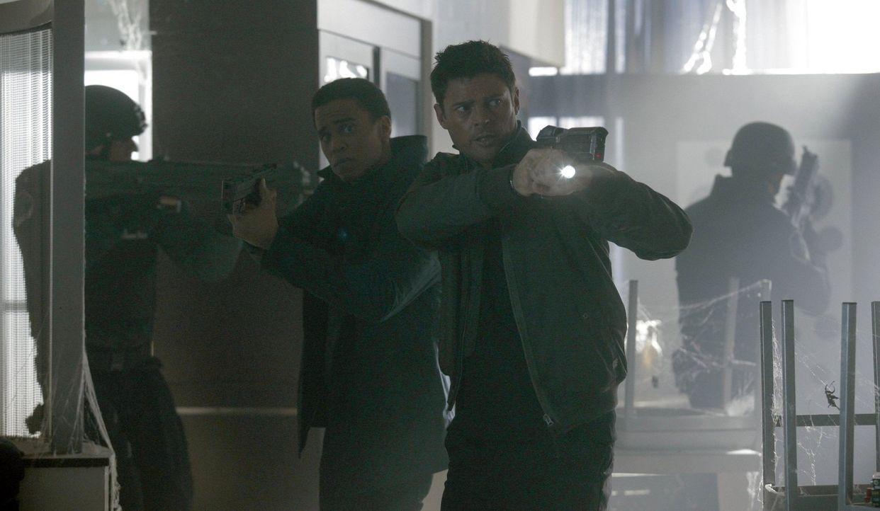 Dorian (Michael Ealy, l.) und Kennex (Karl Urban, r.) müssen einen Psychopathen stoppen, der die letzten Minuten seiner Opfer über das Internet verb... - Bildquelle: Warner Bros. Television