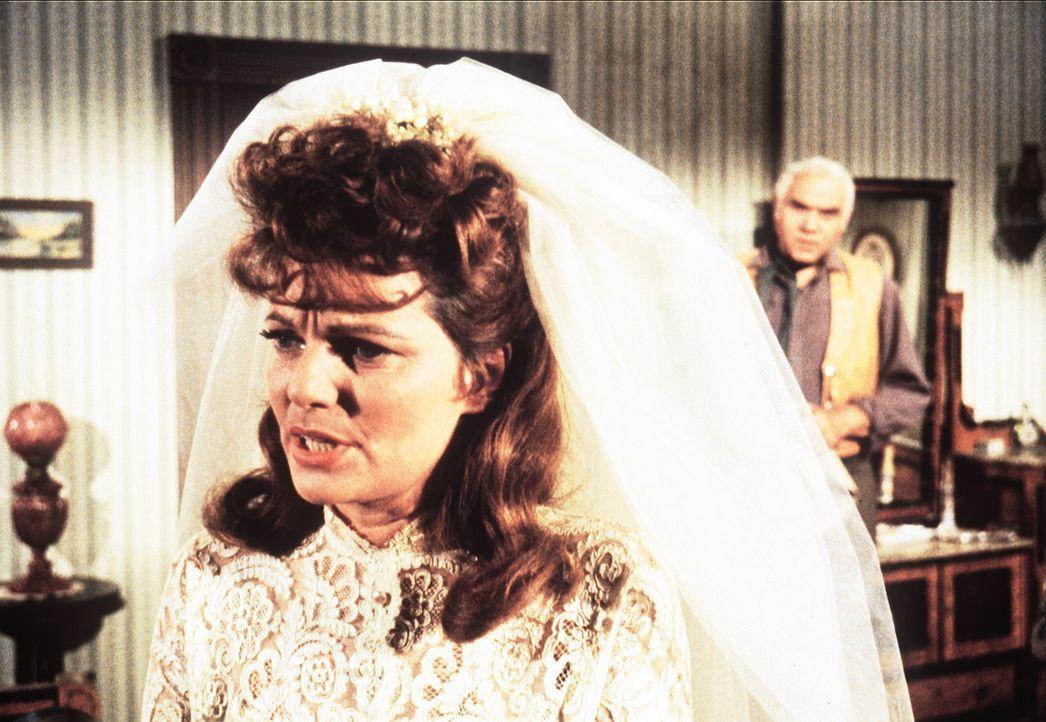 Ben Cartwright (Lorne Greene, r.) hat erfahren, dass Hoss' Braut Carol (Geraldine Brooks, l.) einen Menschen auf dem Gewissen hat. - Bildquelle: Paramount Pictures