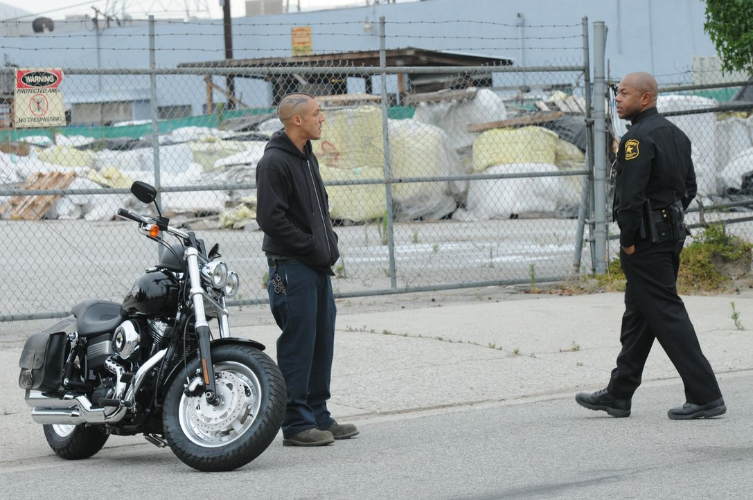 Gelingt es Sheriff Roosevelt (Rockmond Dunbar, r.) aus Juice (Theo Rossi, l.) gefährliche Informationen zu bekommen? - Bildquelle: 2011 Twentieth Century Fox Film Corporation and Bluebush Productions, LLC. All rights reserved.