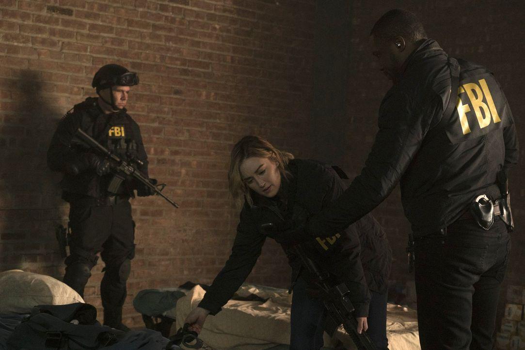 Patterson (Ashley Johnson, M.) und Reade (Rob Brown, r.) riskieren Kopf und Kragen, um einen tödlichen Unterweltkurier zu finden, der ihnen immer ei... - Bildquelle: Warner Brothers