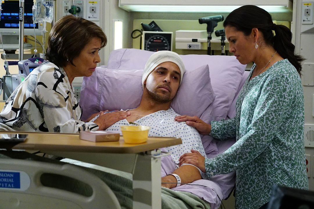 Kyle (Wilmer Valderrama, M.) geht es nicht besonders gut. Seine Mutter Socorro (Alma Martinez, l.) und seine Schwester Ally (Erica Munoz, r.) machen... - Bildquelle: Richard Cartwright ABC Studios