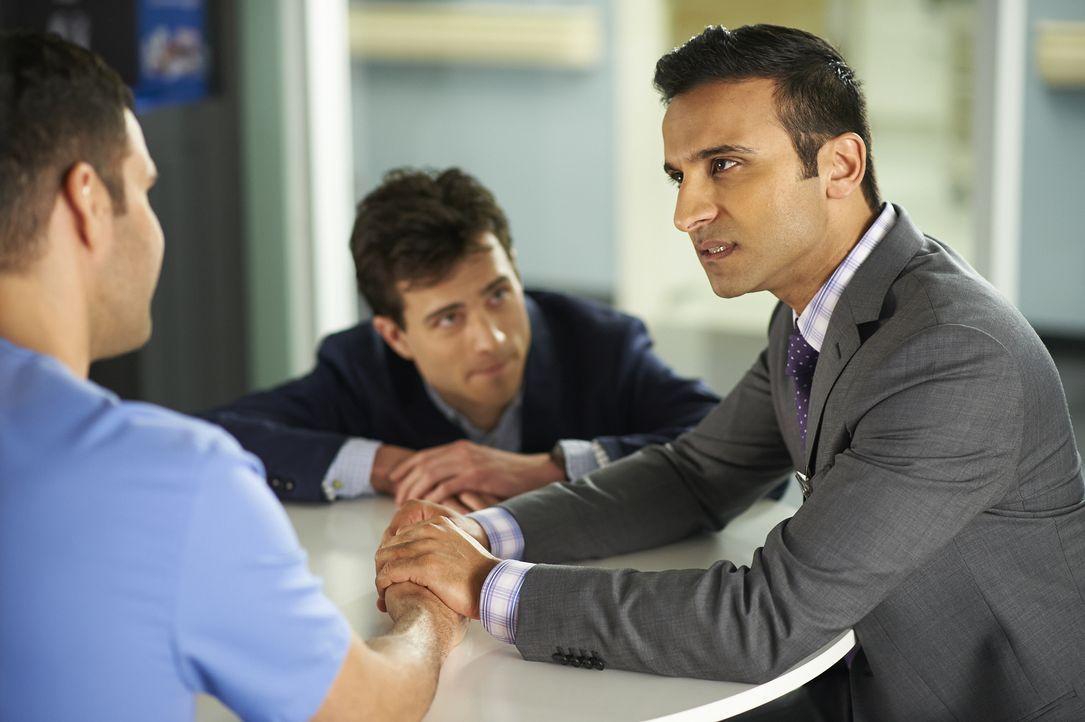 Gavin (Kristopher Turner, l.) versucht Shahir (Huse Madhavji, r.) einige Manieren beizubringen ... - Bildquelle: 2013  Hope Zee Two Inc.