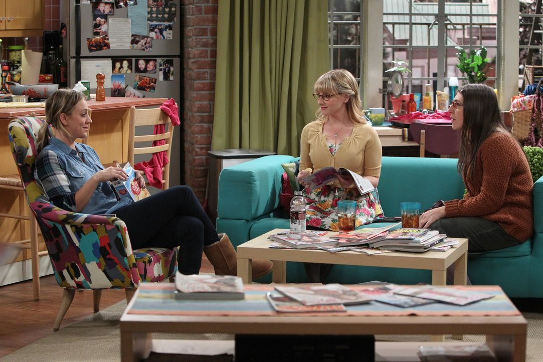 Penny (Kaley Cuoco, l.), Amy (Mayim Bialik, r.) und Bernadette (Melissa Rauch, M.) finden ihre Freunde ziemlich kindisch und versuchen, etwas möglic... - Bildquelle: Warner Brothers