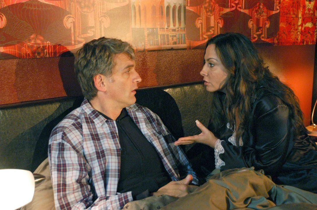 Andrea (Simone Thomalla, r.) findet es unmöglich von Max (Walter Sittler, l.), dass er versucht, seine nächtlichen Unternehmungen vor ihr zu verhe... - Bildquelle: Sat.1