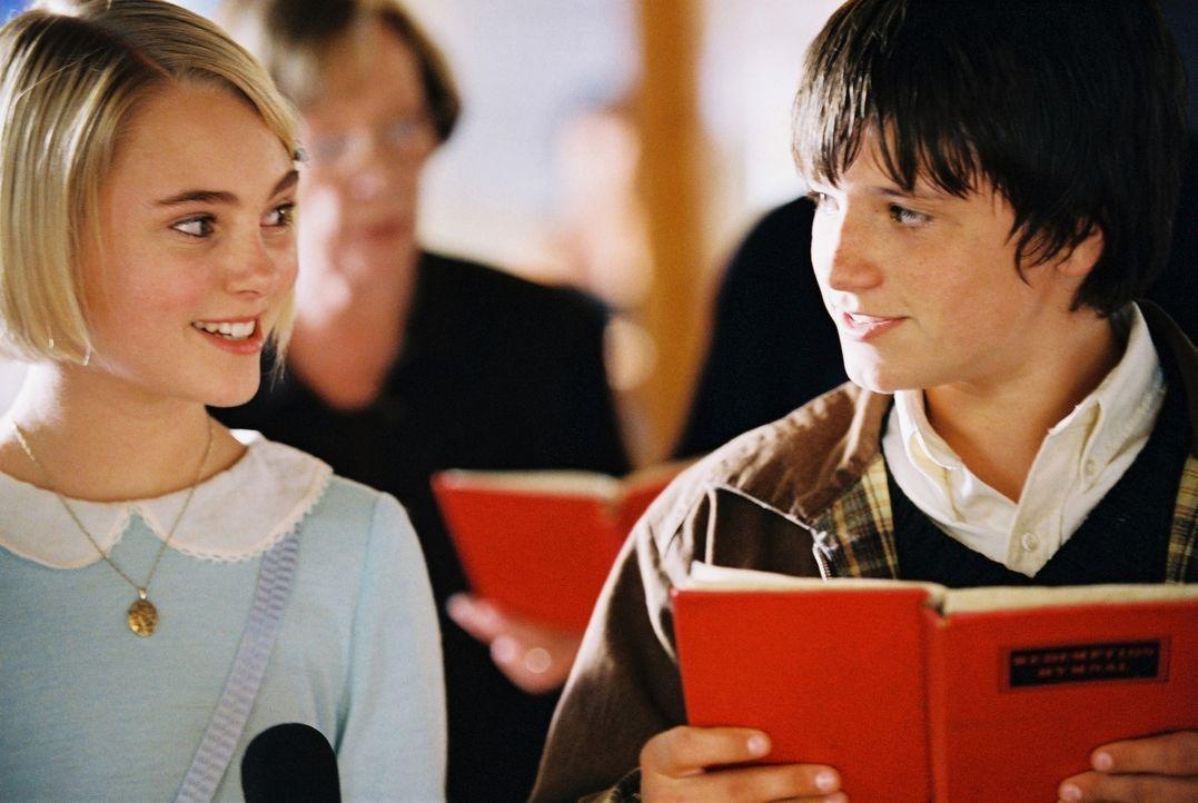 Die beiden Freunde Jess (Josh Hutcherson, r.) und Leslie (Anna Sophie Robb, l.) herrschen als König und Königin über ein Phantasiereich namens Te... - Bildquelle: 2006 Constantin Film, München
