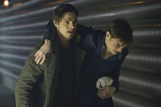 Beauty and the Beast - Vincent (Jay Ryan, l.) versucht den verletzten Evan (M...