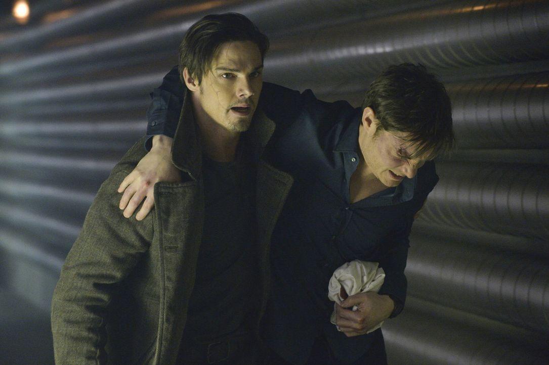 Vincent (Jay Ryan, l.) versucht den verletzten Evan (Max Brown, r.) in Sicherheit zu bringen ... - Bildquelle: Ben Mark Holzberg 2013 The CW Network, LLC. All rights reserved.