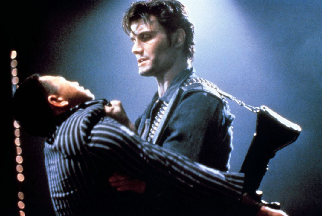 Überall, wo er kann, tötet er Verbrecher. 125 Morde in 5 Jahren gehen auf sein Konto: Punisher (Dolph Lundgren, r.) ... - Bildquelle: 1989 New World Pictures (Australia), Ltd.