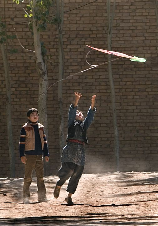 Das Kabul der frühen siebziger Jahre ist eine weltoffene, friedliche Stadt. Amir (Zekiria Ebrahimi, hinten) und Hassan (Ahmad Khan Mahmoodzada, vor... - Bildquelle: 2007 DREAMWORKS LLC and KITE RUNNER HOLDINGS, LLC. All Rights Reserved.