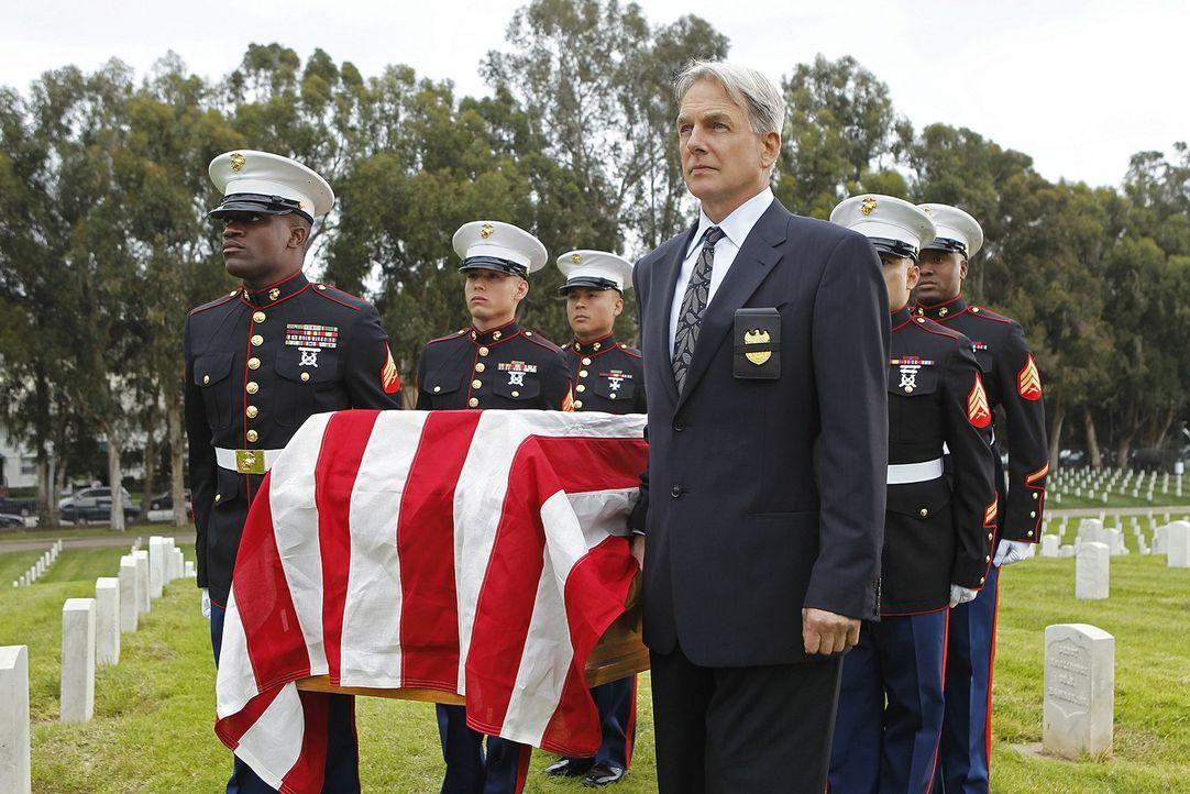 Gibbs (Mark Harmon, 3.v.r.) nimmt beim Ehrenbegräbnis von Mike Franks teil ... - Bildquelle: CBS Television