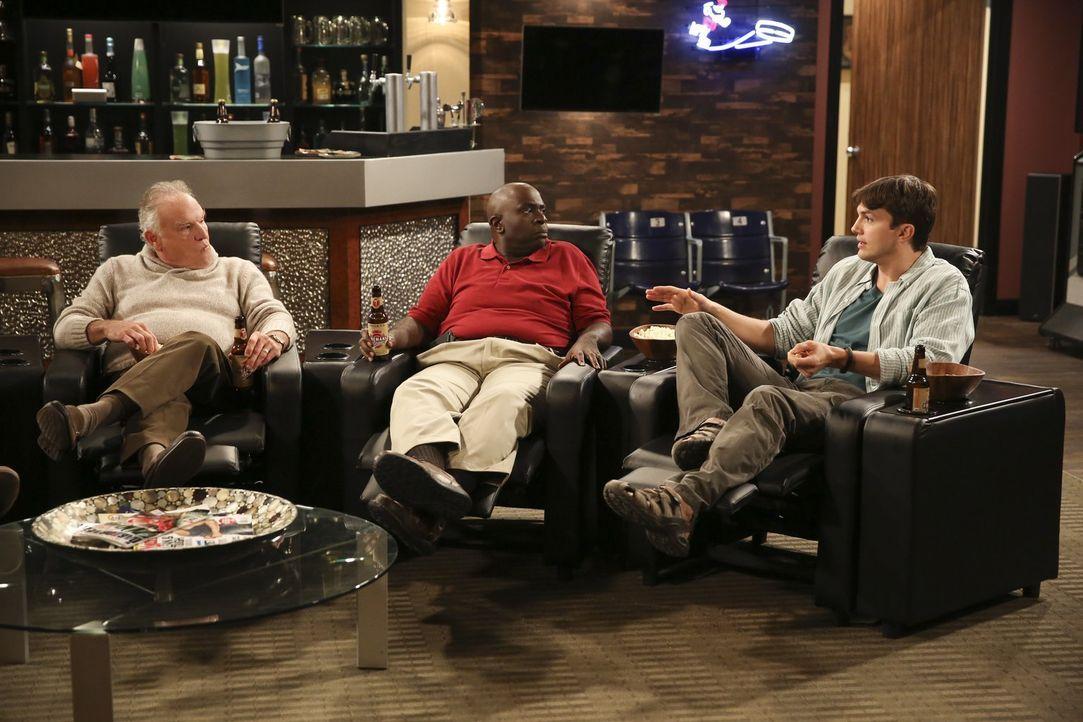 Walden (Ashton Kutcher, r.) genießt die Zeit mit Rick (Bill Smitrovich, l.) und Leo (Gary Anthony Williams, l.) ... - Bildquelle: Warner Brothers Entertainment Inc.