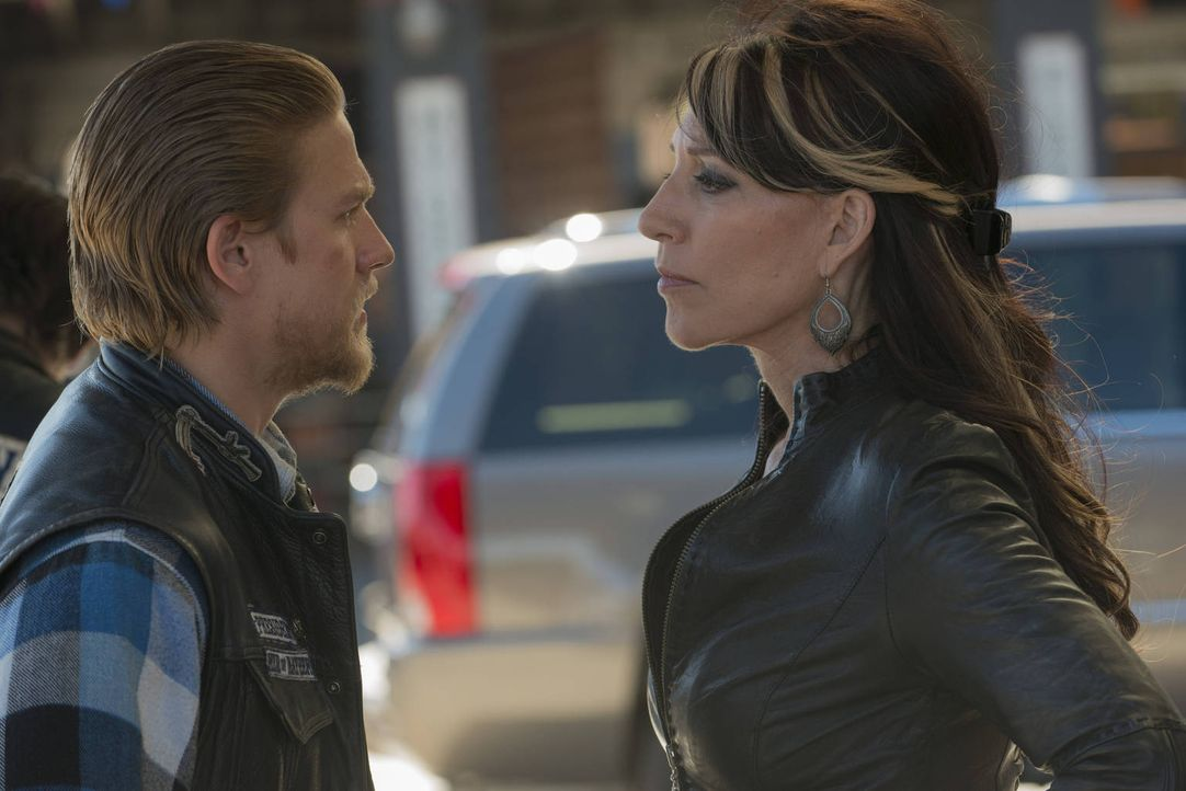 Auch Jax (Charlie Hunnam,l.) erkennt, dass seine Mutter Gemma (Katey Sagal, r.) nicht mehr so ist wie früher ... - Bildquelle: 2012 Twentieth Century Fox Film Corporation and Bluebush Productions, LLC. All rights reserved.