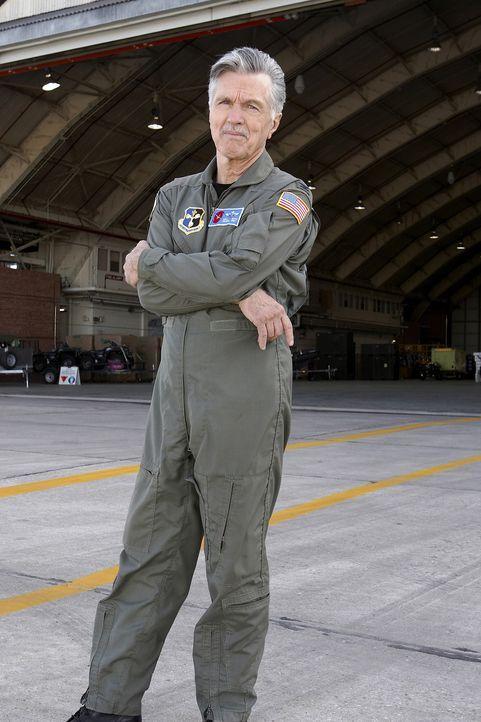 Colonel Mike Davis (Tom Skerritt) ist der erfahrenste Pilot, den der Planet Erde zu bieten hat ... - Bildquelle: 2006 RHI Entertainment Distribution, LLC
