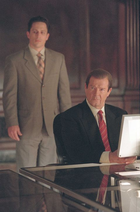 Nach Informationen suchend kontaktiert Sloane den Leiter von SD-9, Edvard Poole (Roger Moore, r.). - Bildquelle: Touchstone Television