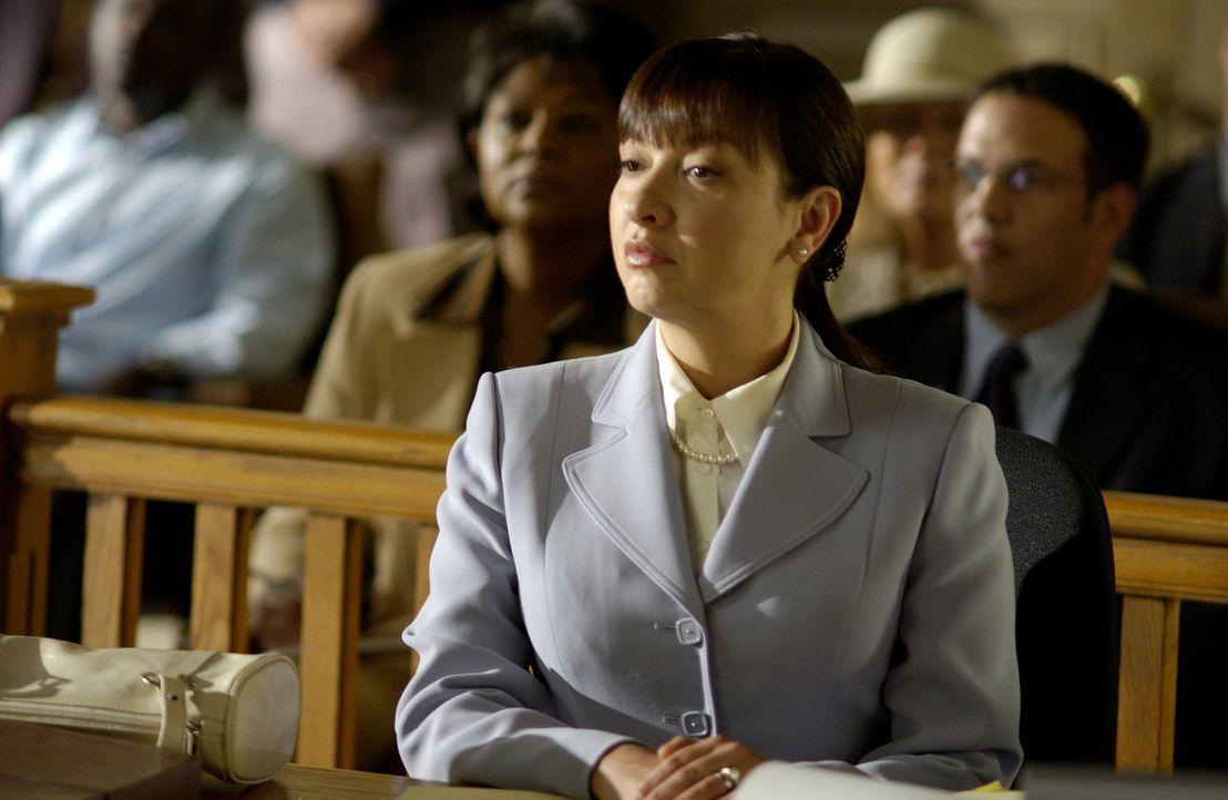 Wird des Mordes bezichtigt: Clara Harris (Elizabeth Pena) ... - Bildquelle: 2004 Sony Pictures Television Inc. All Rights Reserved.