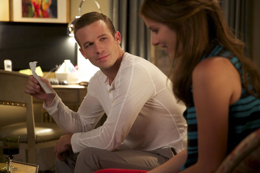 Der ständige Wechsel zwischen Freund und Feind, macht Roy (Cam Gigandet, l.) und Jamie (Anna Wood, r.) zu schaffen ... - Bildquelle: 2013 CBS BROADCASTING INC. ALL RIGHTS RESERVED.