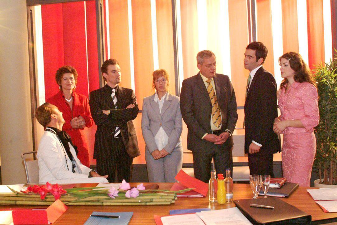 Lisa findet bei Friedrich Unterstützung für ihre Entscheidung, David und Richard gleichermaßen zu Geschäftsführern zu ernennen. V.l.n.r.: Hugo... - Bildquelle: Monika Schürle Sat.1