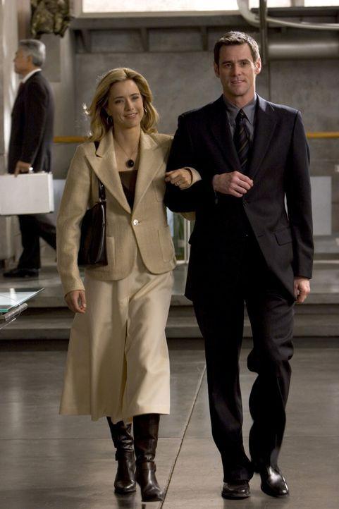 Dick (Jim Carrey, r.) und seine Ehefrau Jane (Téa Leoni, l.) führen ein luxuriöses, angenehmes Leben. Bis Dick völlig überraschend arbeitslos wird u... - Bildquelle: Sony Pictures Television International. All Rights Reserved.