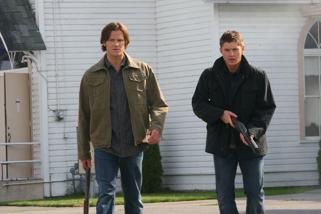 Jäger Rufus Turner bittet Bobby, Sam (Jared Padalecki, l.) und Dean Winchester (Jensen Ackles, r.) um Hilfe. In seinem Dorf sollen fast alle Bewohn... - Bildquelle: Warner Bros. Television