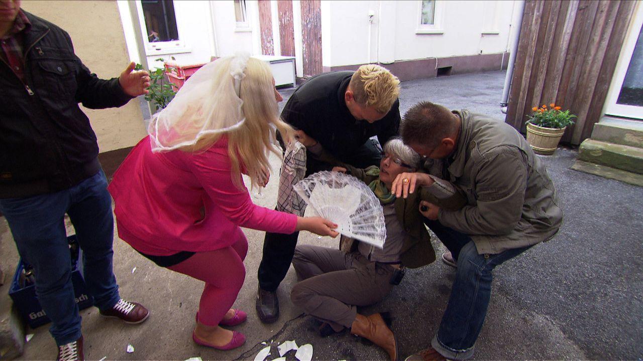 Marcos Mutter Margret (2.v.r.) fällt in Ohnmacht, weil das wertvolle Porzellan kaputt geschlagen wurde. Schwiegertochter in Spe Stella (2.v.l.) eil... - Bildquelle: SAT.1