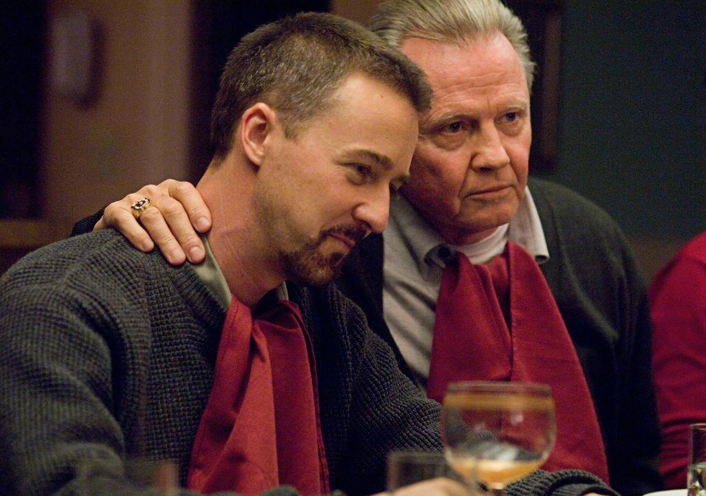 Seit Generationen steht die Familie Tierney im Dienst der Polizei New Yorks. Eines Tages werden Francis Tierney, Sr. (Jon Voight, r.), seine Söhne R... - Bildquelle: 2008   Warner Brothers
