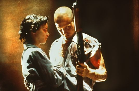 Natural Born Killers - Mickey (Woody Harrelson, r.) und Mallory (Juliette Lew...