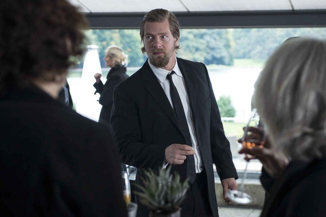 Jagt von einer Beerdigung zur nächsten: Mick (Henning Baum). Wer ist der unheimliche Erpresser und Mörder, der es auf seine Ex-Kollegen abgesehen ha... - Bildquelle: Martin Rottenkolber SAT.1